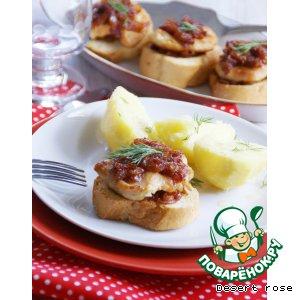Рецепт: Мясные медальоны, запеченные на гренках под томатным соусом