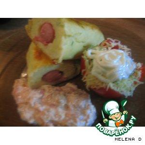 Рецепт: Картофельные брусочки с сосисками и  с розочками из помидор