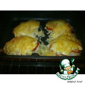 Рецепт: Отбивная из куриного филе с помидорами и сыром