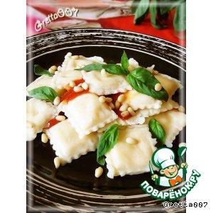 Рецепт: Домашние равиоли с сырной начинкой и орешками