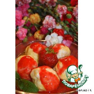 Рецепт: Кнедлики с клубникой и клубничным соусом