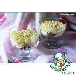 Рецепт: Салат с креветками, виноградом и кедровыми орешками