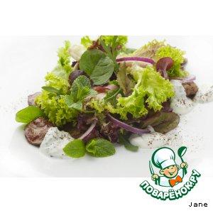 Рецепт: Салат с куриной печенью и красным луком
