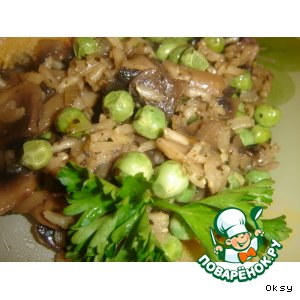 Рецепт: Бурый рис с грибами и зеленым горошком