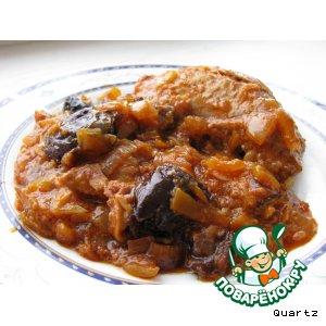 Рецепт: Окорочка в луковом соусе с черносливом