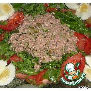 Рецепт: Салат с тунцом, рукколой и соленым огурцом