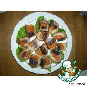 Рецепт: Куриные рулетики с черносливом и курагой