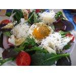 Зеленый салат с глазуньей