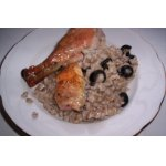 Курица, фаршированная перловой кашей и маслинами