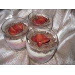 Творожный десерт с ягодами и печеньем