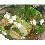 Салат с жареной грушей и овечьим сыром