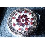 Торт с клубникой, сливками и кремом