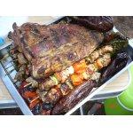 Свинина и овощи, жаренные на углях