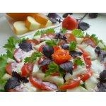 Салат с дыней и помидором