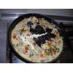 Горячая сковорода с курицей и грибами