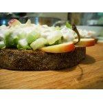 Открытый бутерброд с курицей и сельдереем