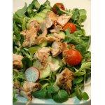 Салат с запеченным лососем и маринованными помидорами