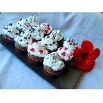 Шоколадные кекс-пирожные со взбитыми сливками