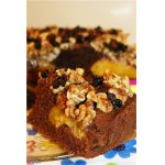 Шоколадный пирог с персиками и орехами