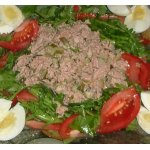 Салат с тунцом, рукколой и соленым огурцом