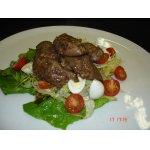Салат с куриной печенью, заправленный кисло-сладким соусом