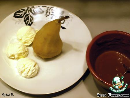 Груши под теплым шоколадным соусом с мороженым