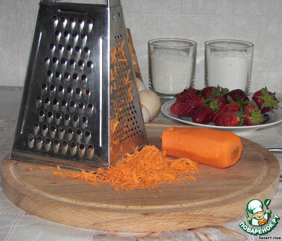 Воздушный морковный бисквит под слоем клубники