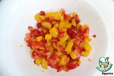 Чизкейк с манго и клубникой