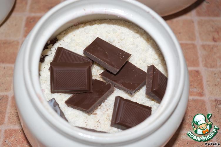 Вишневый крамбль с шоколадом в горшочке