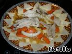 Выкладывать на большое блюдо слоями вначале тесто, затем часть лука с морковкой и мясо...