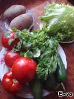 1Нам понадобятся помидоры, огурцы, листья салата, отварной картофель, зелень кинзы и укропа (на фотографии нет кутема (кресс-салата), я его решила добавить позже, и не запечатлела).