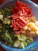 Добавляем всё в миску с нарезанными овощами и заправляем следующим соусом: смешиваем лимонный сок (можно заменить яблочным уксусом), мед, оливковое масло, и соевый соус. Хорошенько его взбиваем вилкой, чтобы мед растворился. ВНИМАНИЕ! Пропорции заправки приблизительные, каждый, кто будет делать заправку должен ориентироваться на свой вкус. Кто-то захочет более кислый, кто-то сладковатый, а кто-то любит больше сои.