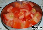 Tomatoes also cut, the pieces should be medium size, so they felt in the finished dish.