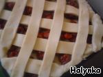 Сеткуем наш пирог тонкими лентами из теста.