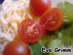 Сыр натрем на крупной терке, томаты разрежем пополам и приготовим листики петрушки