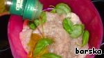 Шницели из индейки слегка отбить, посолить и поперчить, залить оливковым маслом и переложить базиликом. Оставить мариноваться на 20-30 мин.