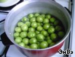 Моем алычу, кладем в кастрюлю и наливаем воды так, чтобы покрыть фрукты, варится она очень быстро, максимум 10 минут после закипания