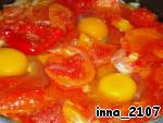 Вбить по одному яйца в лечо (ложкой сделать подобие лунки), желательно так, чтобы желток был целым.