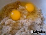 В смесь каша+кабачок вбить сырые яйца.