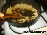 На сковороде пожарили лук, добавили пасту, перемешали, еще немного потушили, готово.
