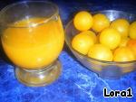 4. С целого лимона выжать сок и добавить к пиву, перемешать