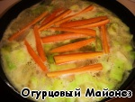 Теперь добавляем морковь, которую необходимо предварительно почистить и нарезать. Вы можете нарезать морковь так, как считаете нужным, однако, не стоит делать слишком мелкие куски.