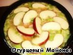 Очищаем яблоко от сердцевины и нарезаем ломтиками. Выкладываем его к овощам на сковороде.