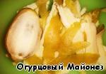 Срезаем с лимона цедру. Сам лимон оставляем (он понадобится для сока).
