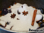 Удалить косточки слив и поместить половинки фруктов в глубокую форму. Засыпать сахаром и добавить специи (гвоздику и анис в марлечке или в специальном ситечке).
