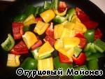 Сладкий перец очищаем от семян и нарезаем на кусочки, примерно равные кусочкам мяса. Обжариваем на растительном масле до румяной корочки и перекладываем в отдельную посуду.