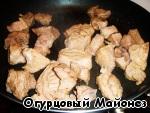Вынимаем телятину из сидра и слегка обжариваем на сковороде, где жарился перец.