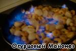 Осторожно поджигаем и буквально в течение 20 секунд даём сгореть спирту, после чего тушим пламя, накрыв сковороду крышкой.