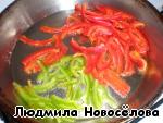 Режем соломкой болгарский пеРЕц и обжариваем на горячем растительном масле 2 минуты, добавив немного тонко порезанного жгучего перчика