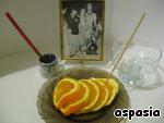 Нарезать апельсин кружочками, предварительно очистив его от шкурки.